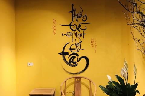 Viết thư pháp lên tường phòng trà Cao Sơn - Làng Việt Kiều Châu Âu